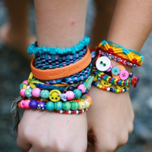 girls-friendship-bracelets