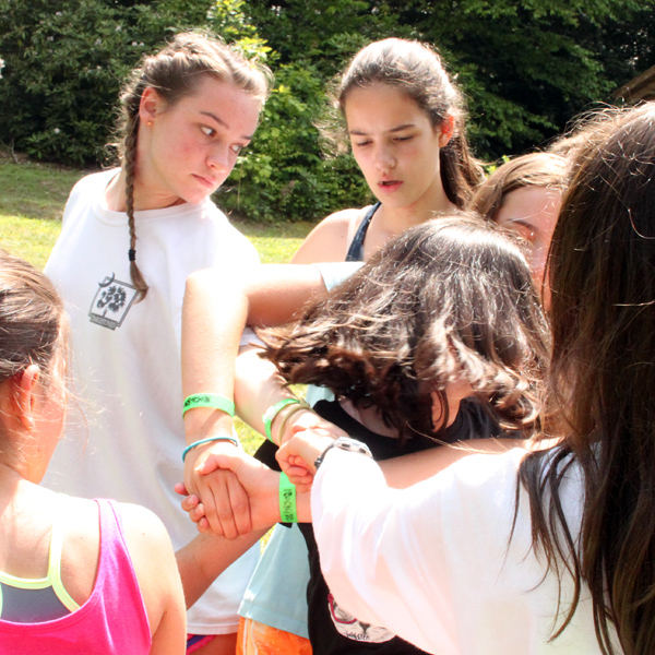 Untie a human knot challenge